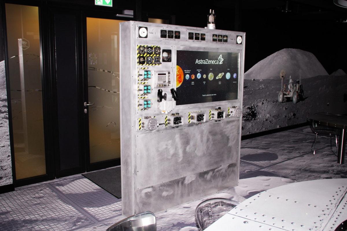 Panel sterujący w kosmicznej przestrzeni biura #AstraZeneca.